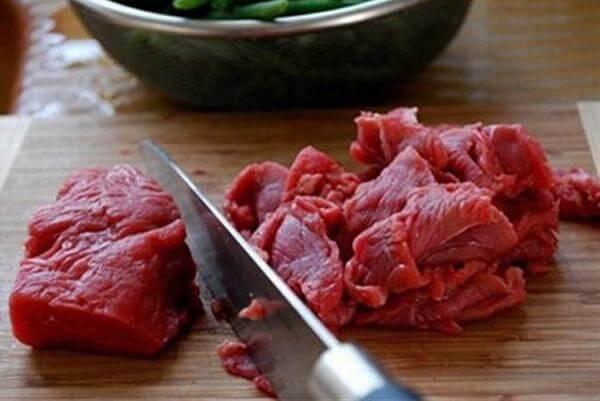 Thái thịt bò thành từng miếng vừa ăn - Ảnh Internet