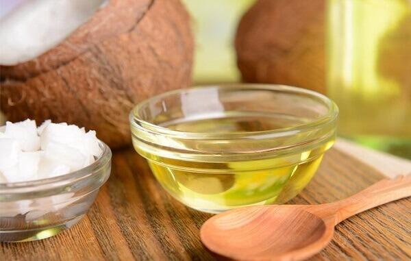 Vitamin E trong dầu dừa sẽ làm giảm quá trình oxi hoá và lão hoá da