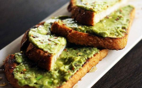 Món bánh mì nướng quét bơ tươi sẽ là món ăn nhiều năng lượng
