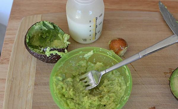 Cách chế biến bột ăn dặm cho bé từ bơ và sữa
