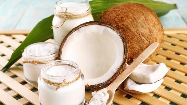 Cách 2: Dưỡng da với dầu dừa và sữa chua
