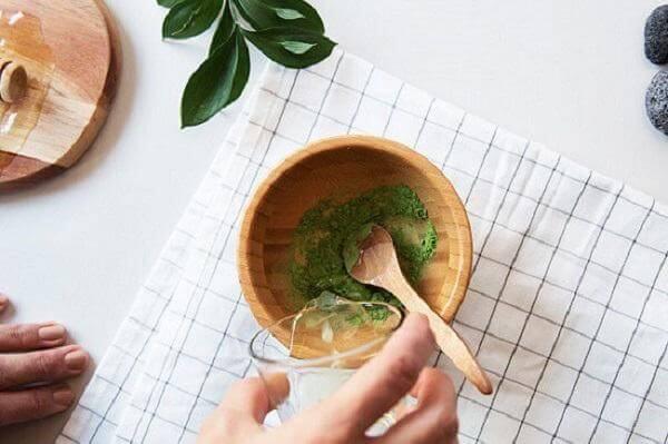 Cách 4: Dưỡng da bằng dầu dừa và bột trà xanh
