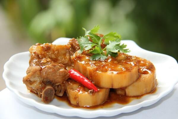 Món sườn kho nước dừa này ngon không kém gì so với món thịt kho tàu