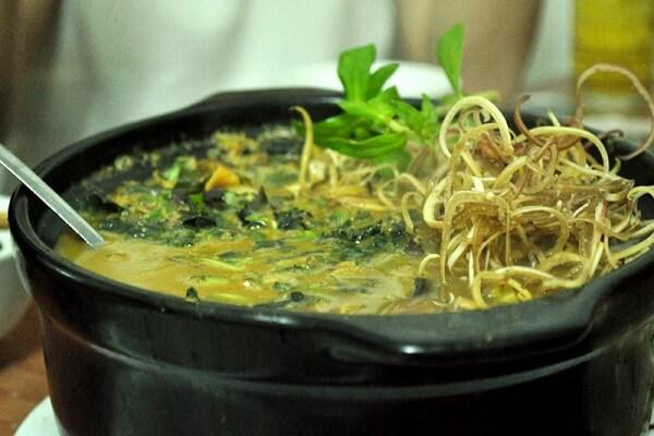 Hoàn thành món lươn nấu hoa chuối