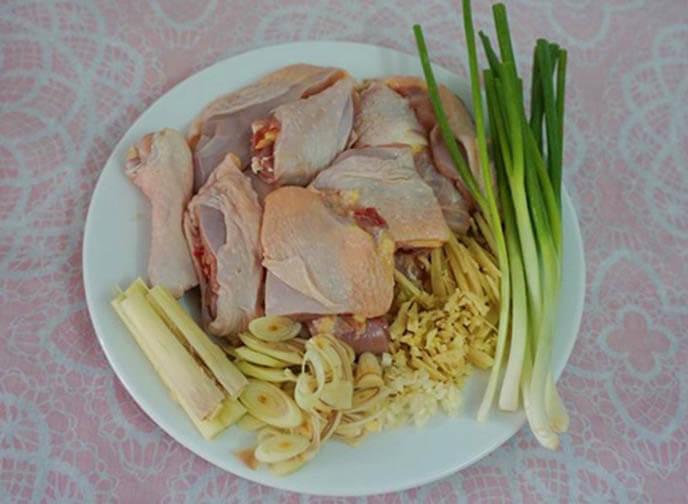 Thịt gà bỏ vào tô ướp với gia vị