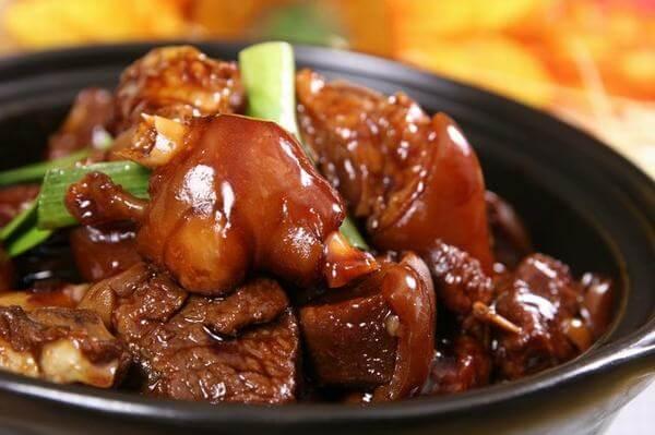món thịt chân giò kho tàu ăn cùng với cơm nóng hổi thì không còn gì để chê