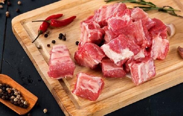 Chọn miếng sườn non, thịt tươi để làm món sườn rim