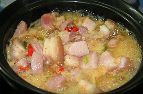 Kho thịt săn với lửa lớn, sau đó cho ½ chén nước lọc vào
