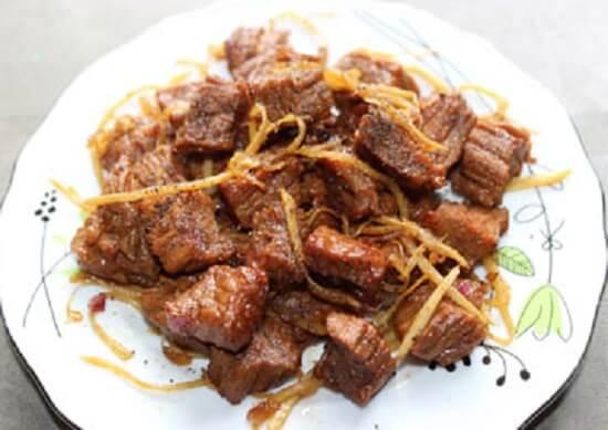 Múc thịt ra dĩa, rắc thêm 1 ít hạt tiêu lên bề mặt
