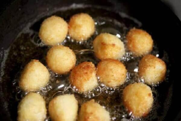 Cho trứng gà hoặc trứng cút đã luộc chín, bóc vỏ vào chung
