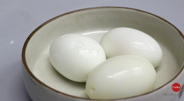 Luộc và bóc vỏ trứng
