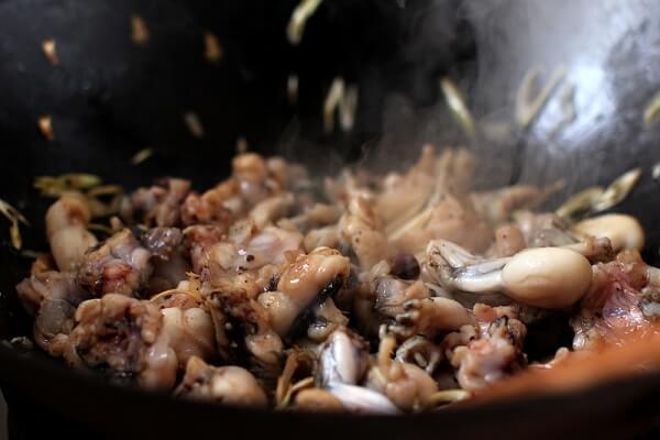 Cho thịt ếch vào xào sơ cùng với cà