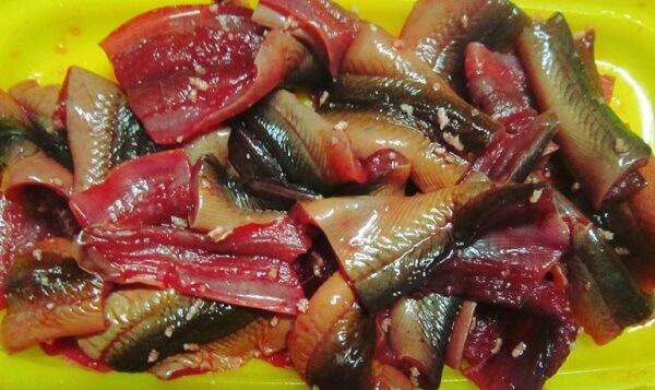Làm sạch nhớt ở lươn bằng cách rửa với nước muối và giấm
