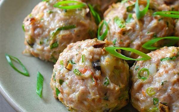 Thịt lợn băm viên rán cải thảo và nấm