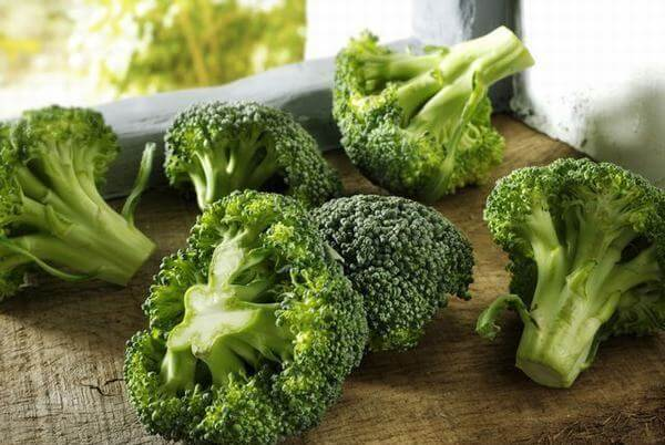 Súp lơ xanh: 100g bông cải xanh chứa 50 calo, Protein: 3,3g