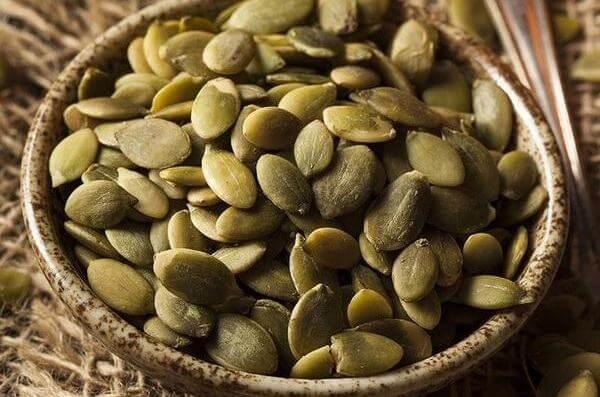 Hạt bí ngô: Calo: 125, 28g hạt bí ngô chứa 5g protein