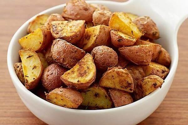 Một củ khoai tây nướng cỡ trung bình chứa 3g protein và rất nhiều chất xơ