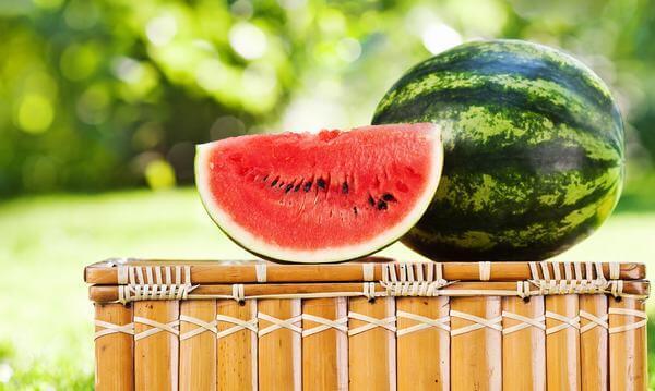 Dưa hấu: 100g dưa hấu chứa 68% lượng vitamin A hàng ngày