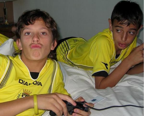 Bruno Fernandes (phải) chơi trò chơi điện tử với bạn của mình trước buổi tập tại Boavista FC.