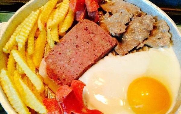 Cách làm bánh mì chảo thịt bò bít tết xúc xích ngon đúng vị