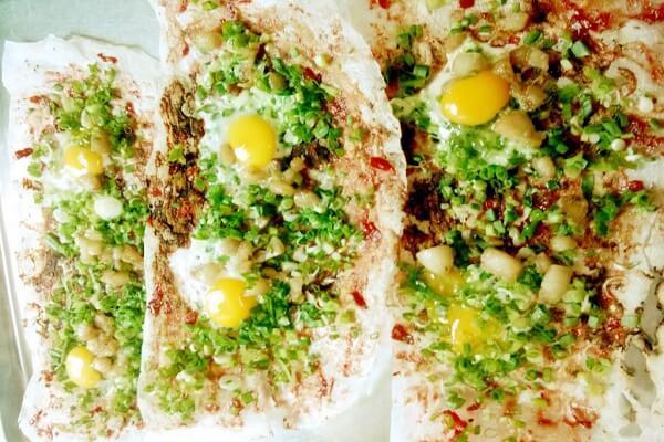 Cách làm bánh tráng nướng mỡ hành và trứng cút ngon đúng điệu