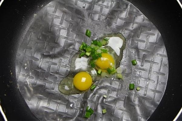 Dàn đều trứng cút lên mặt bánh