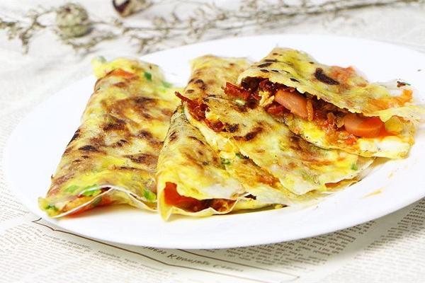 Gập đôi bánh lại rồi thưởng thức khi còn nóng - Cách làm bánh tráng nướng bằng chảo chống dính giòn ngon tại nhà