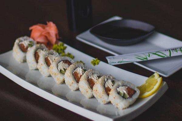 Cách làm Sushi cá hồi, làm sushi ngon kiểu Việt Nam, làm cơm cuộn Sushi không cần mành tre cực ngon cực dễ