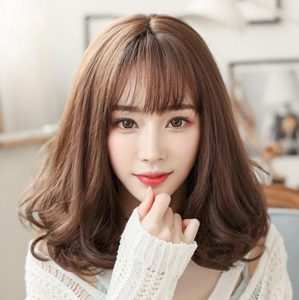 Kiểu tóc ngang vai uốn xoăn sẽ giúp các nàng có thêm nhiều lựa chọn