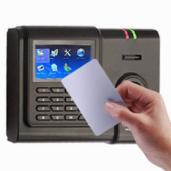 Dùng máy chấm công thẻ cảm ứng dựa vào quy mô và mục đích của doanh nghiệp