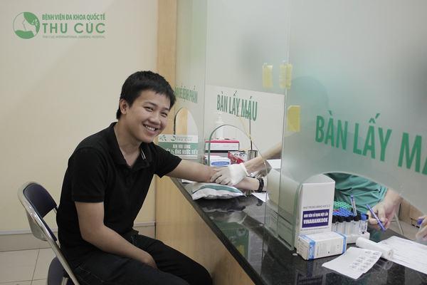 Khách hàng lấy máu xét nghiệm tại Bệnh viện Thu Cúc