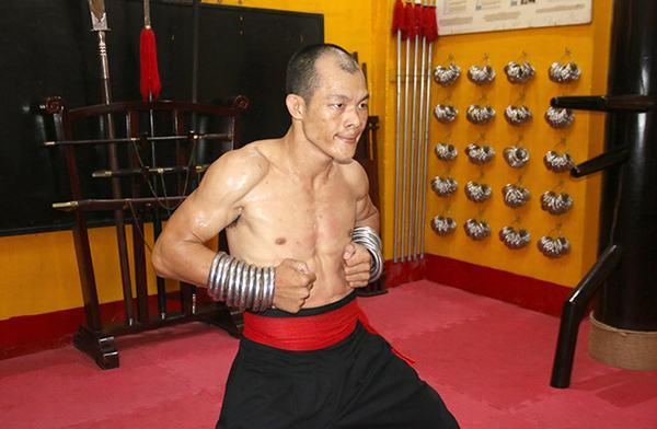 Cao thủ Nam Huỳnh Đạo tập luyện bài Đại Bộ Công trong phòng công phu cao cấp