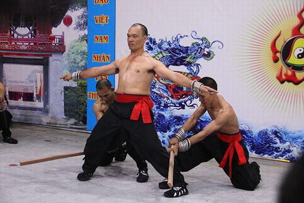Các cao thủ Nam Huỳnh Đạo biễu diễn màn dùng thân người làm gãy cây gỗ