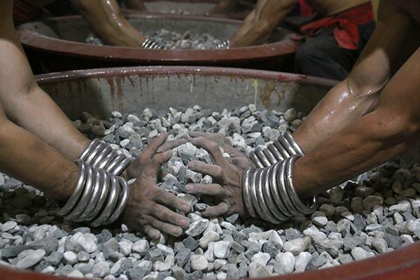 Đôi tay rắn chắc nhào đá sỏi sắc lẹm không khác gì nhào bột