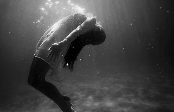 Mơ thấy có người rơi xuống nước sắp chết đuối nhưng bạn không cứu họ