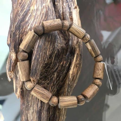 Gỗ trầm hương thường có tính thơm ngọt ấm, nếu gỗ có lượng dầu nhiều khi đặt vào nước sẽ chìm ngay