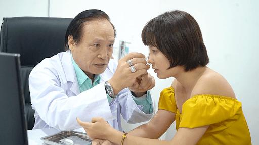 Bác sĩ Khoa trực tiếp thăm khám