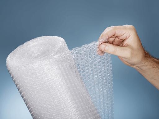 Màng xốp hơi được làm từ nhựa dẻo, trong suốt