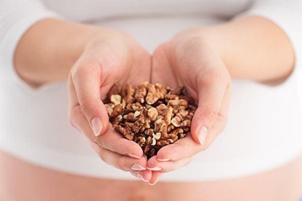 Ăn quá nhiều quả óc chó có gây cảm giác no, đầy bụng. Do vậy hãy ăn vừa đủ để có thể sử dụng thêm các loại thực phẩm bổ dưỡng khác.