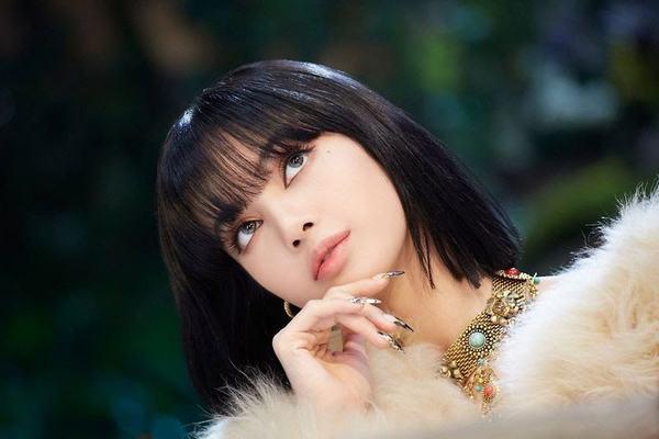 Lisa mới lạ trong mái tóc bob, cắt phăng đi mái tóc dài quen thuộc