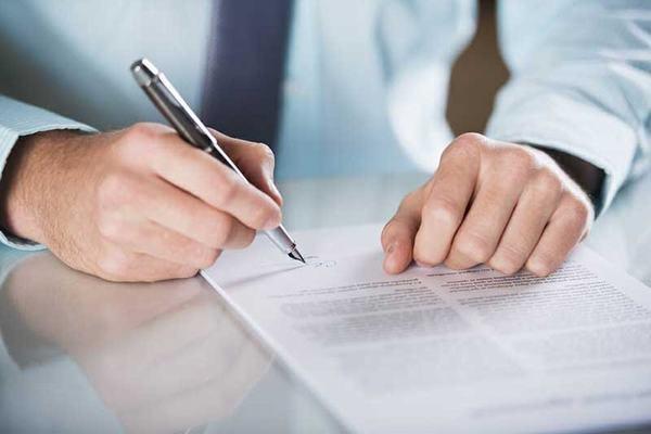 Kiểm tra hợp đồng kĩ càng trước khi kí kết